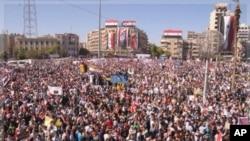 成千上萬的阿薩德的支持者星期三在北部城市阿勒波集會﹐顯示對阿薩德的大力支持。(資料圖片)