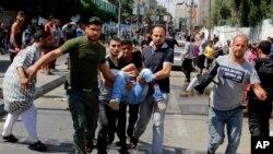 8月3日巴勒斯坦人在拉法地区抢救伤员