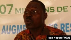 Salifou Kassia, conférencier et représentant des travailleurs de la société, au Burkina, le 16 décembre 2016. (VOA/Issa Napon)