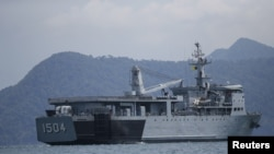Sebuah kapal milik angkatan laut Malaysia berpatroli di perairan dekat Pulau Langkawi, 16 Mei 2015. (Foto: dok). Malaysia membeli empat kapal dari Cina untuk membantu patroli pantai nya.