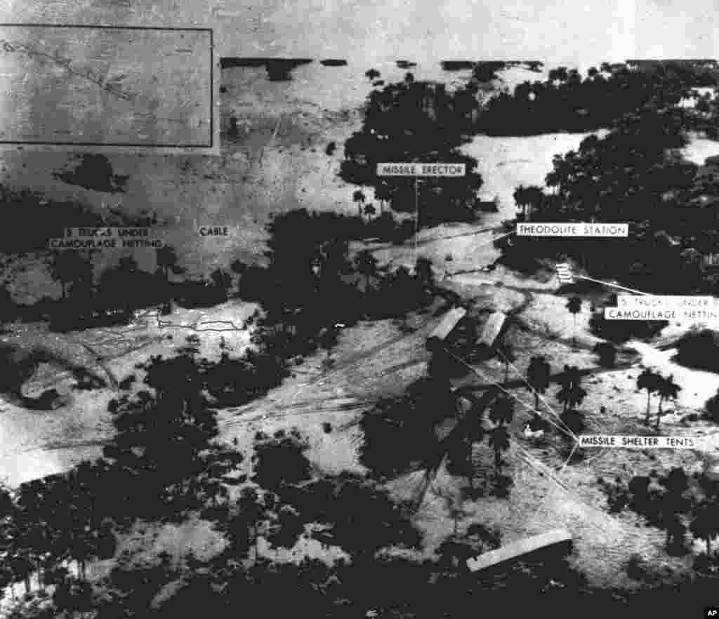 Hình không rõ nét chụp ngày 23/10/1962 do bộ quốc phòng Mỹ công bố cho thấy một địa điểm tên lửa đạn đạo tầm trung đang được xây tại khu vực San Cristobal ở Cuba