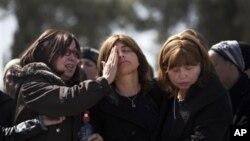 ARSIP – Anggota keluarga korban penembakan di sekolah Yahudi di Toulouse, 21 Maret 2012 meratap dalam acara pemakaman.