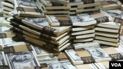 ທາງດ້ານທະນາຄານພັດທະນາເອເຊຍ ຫຼື ADB ຄາດການວ່າ ລັດຖະບານລາວຈະຕ້ອງປະເຊີນກັບບັນຫາຂາດດຸນບັນຊີເງິນຕາຕ່າງປະເທດເຖິງ 9.4 ເປີເຊັນຂອງຍອດຜະລິດຕະລວມພາຍໃນ ຫຼື GDP ໃນປີ 2020 ຊຶ່ງຈະເຮັດໃຫ້ທຶນສຳຮອງເງິນຕາຕ່າງປະເທດຂອງລັດຖະບານລາວເຫຼືອບໍ່ເຖິງ 1,000 ລ້ານໂດລາ