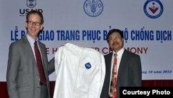 Ông Joakim Parker, Giám đốc USAID tại Việt Nam trong lễ bàn giao trang phục bảo hộ chống dịch bệnh
