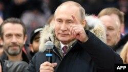 Le président Vladimir Poutine, candidat à sa propre succession, tient un discours au cours d'un rassemblement de campagne pour la prochaine présidentielle, au stade Luzhniki, Moscou, 3 mars 2018.