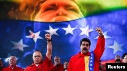 El gobierno de Maduro usa fuerte iconografía de Hugo Chávez en actos públicos, lo que podría entenderse como culto a la personalidad.