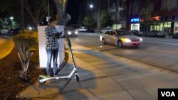 Shivali Sharma sedang mencari skuter yang terpencar di San Jose, California melalui aplikasi Lime