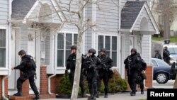 지난달 19일 미국 수사요원들이 보스턴 마라톤 테러 용의자가 살았던 아파트 주변을 조사하고 있다.