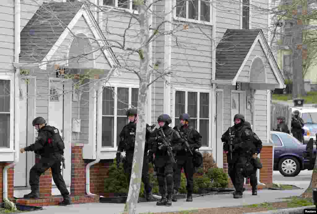 Miembros del equipo SWAT ingresan a un apartamento en el barrio de Watertown, Massachusetts en busca del sospechoso.