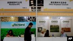 一名人士2018年4月10日行經上海的黃豆展覽攤位資料照。