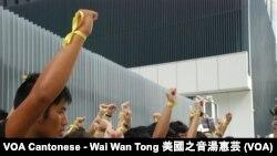 數十名中學生高舉綁上代表真普選的黃絲帶的手,展示參與中學生罷課爭取真普選的決心