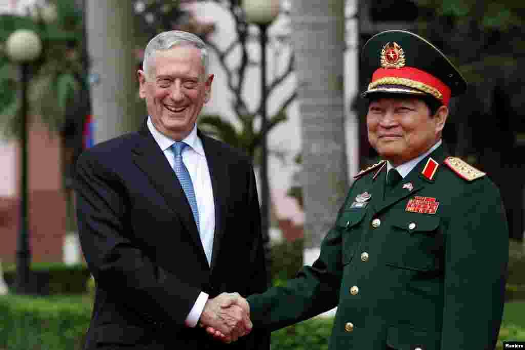 دیدار جیم متیس، وزیر دفاع آمریکا با همتای ویتنامی اش در هانوی ویتنام