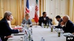 Госсекретарь США Джон Керри (слева) и министр иностранных дел Ирана Мухаммед Джавад Зариф (крайний справа). Вена. Австрия. 27 июня 2015 г.