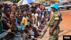 Un soldat onusien de la Minusca devant la foule, Bangui, 29 novembre 2015 (VOA/C. Stein).