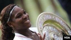 Serena Williams memegang trofinya setelah mengalahkan Vera Zvonareva di final Kejuaraan Wimbledon bulan Juli 2010. Tak lama setelahnya, Serena mengalami cedera kaki dan absen bertanding tujuh bulan.