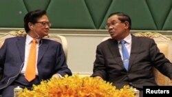 លោកនាយករដ្ឋមន្រ្តីវៀតណាម Nguyen Tan Dung (ឆ្វេង) និងលោកនាយករដ្ឋមន្រ្តីកម្ពុជា ហ៊ុន សែន(ស្តាំ) ពិក្សាគ្នាក្រោយជំនួបរបស់អស់លោក ស្តីអំពីពាណិជ្ជទ្វេភាគីនៅថ្ងៃទី១២ ខែមករា ឆ្នាំ២០១៤។