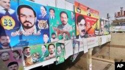 روالپنڈی کے ایک حلقے میں ماضی کی انتخابی مہم کے دوران آویزاں پوسٹرز (فائل فوٹو)