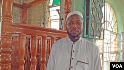 Dr. Ramadan Jalloh, Imam at Jam'iyatul Haq mosque, Freetown, Sierra Leone, May 10, 2015. (N. deVries/VOA)