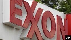 Bảng hiệu của ExxonMobile tại một trạm xăng ở Greentree, Pennsylvania.