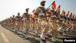 이란혁명수비대원들이 테헤란에서 행진하고 있다.
