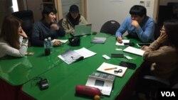 지난 23일 서울 종로구 사무실에서 통일 매거진 '더 무브먼트' 회원들이 편집회의를 하고 있다.