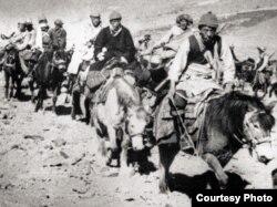 热珠阿旺(右一)护送达赖喇嘛(中间黑衣者)出走印度 (李江琳提供)