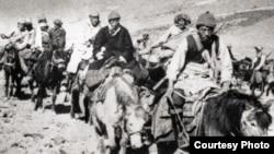 1959年达赖喇嘛(中间黑衣者)出走印度。从那以后他再也没有返回中国。他现在有希望访问故乡吗? (李江琳提供)