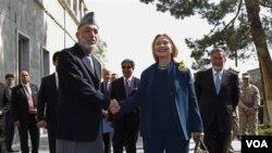 Presiden Afghanistan Hamid Karzai menyambut kunjungan Menlu AS Hillary Rodham Clinton di istana Presiden di Kabul (20/10).