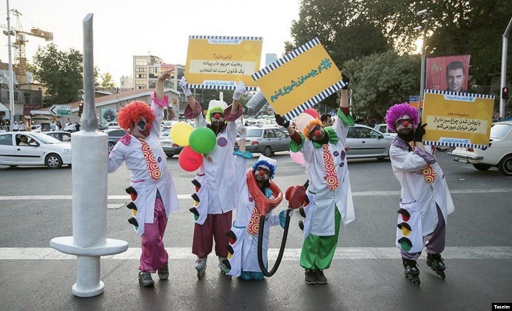 عکسی از فعالان کمپین «ازخودمان شروع کنیم» که برای آموزش و تغییر الگوی فرهنگی در تهران آغاز شده است. عکس: عرفان کوچاری