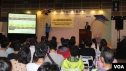 第25届香港国际教育展上的讲座 (美国之音记者申华拍摄)