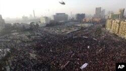 Helikopter angkatan darat Mesir terbang di atas pawai peringatan tiga tahun kebangkitan Mesir 2011 di Alun-alun Tahrir, Kairo (25/1). (AP/Amr Nabil)