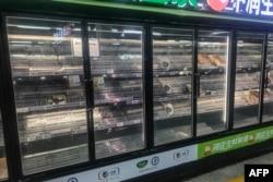中国湖北武汉一家超市的货架也被抢购一空。(2021年8月2日)