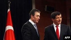 Generalni sekretar NATO-a Anders Fog Rasmusen i turski ministar inostranih poslova Ahmet Davutoglu tokom susreta u Ankari