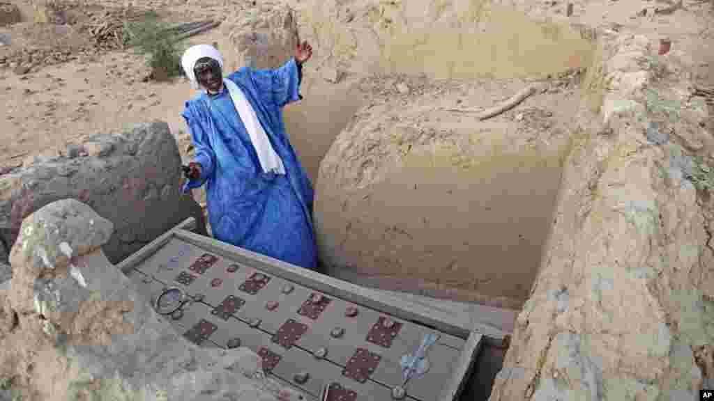 Le chef de maçon Alassane Ramiya inspecte une tombe après qu'elle ait été endommagée à Tombouctou, au Mali, le 4 avril 2014.