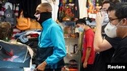 Klientët dhe punonjësit mbajnë maska në dyqanet e rihapura në Teksas