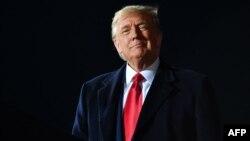 រូបឯកសារ៖ អតីតប្រធានាធិបតីសហរដ្ឋអាមេរិក លោក Donald Trump ទៅចូលរួមការជួបជុំក្រុមអ្នកគាំទ្រលោកនៅក្រុង Swanton រដ្ឋ Ohio ថ្ងៃទី២១ ខែកញ្ញា ឆ្នាំ២០២០។
