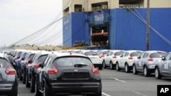 Nissan Juke, sports utility vehicles queue to be loaded onto a freighter at its Oppama factory in Yokosuka, some 40-kilometre south of Tokyo, April 22, 2011