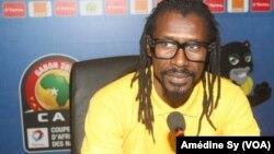 Le coach des Lions Aliou Cisse face aux journalistes pour parler du match Senegal-Zimbabwe, à Franceville, au Gabon, le 18 janvier 2017. (VOA/Amedine Sy)