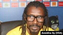 Le coach des Lions Aliou Cisse face aux journalistes à Franceville, au Gabon, le 18 janvier 2017.