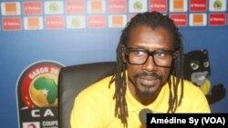 Le coach des Lions Aliou Cisse face aux journalistes pour parler du match Senegal-Zimbabwe, à Franceville, au Gabon, le 18 janvier 2017.