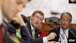 El integrate de la comisión de déficit, el senador demócrata Kent Conrad, habla durante una de las reuniones.