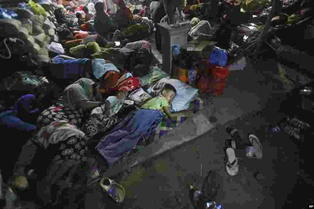 عارضی پناہ گاہوں میں قیام کرنے والےافراد کو انڈونیشیا کے ریڈکراس نے کمبل اور بنیادی اشیائے ضروری بھی مہیا کیں۔