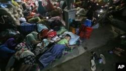 Para penyintas beristirahat di tempat penampungan sementara di Ulim, provinsi Aceh (8/12).