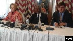 UMnu. Koffi Annan uphahlwe ngabanye bakhe uNkosikazi Mary Robinson loMnu. Mnu. Lakhdar Brahim.