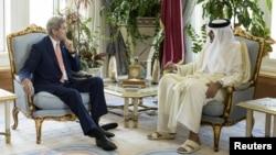 ເຈົ້າຊາຍອາຣັບ ຂອງກາຕ້າ Sheikh Tamim bin Hamad al-Thani (ຂວາ) ໂອ້ລົມກັບລັດຖະມົນຕີຕ່າງປະເທດ ສະຫະລັດ ທ່ານ John Kerry ຢູ່ທີ່ ພະຣາຊະວັງ Diwan ໃນນະຄອນຫຼວງໂດຮາ ກ່ອນ ກອງປະຊຸມ, ວັນທີ 3 ສິງຫາ 2015.