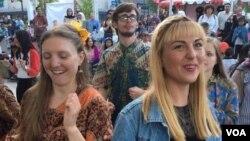 Warga Amerika memakai baju batik, ikut memeriahkan acara 'Made in Indonesia' festival di Silver Spring, Maryland (Zulfian/VOA).
