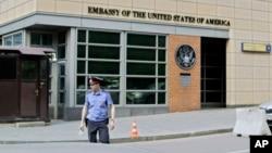一名俄罗斯警察站在美国驻莫斯科大使馆前。(2013年5月14日)
