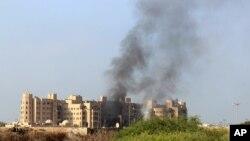 6일 예멘 아덴 시에 반군 공습이 있은 후 연기가 치솟고 있다.