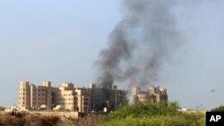 Dim se uzdiže iznad hotela u kojem su smešteni vladini zvaničnici