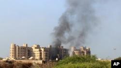 位于亚丁的也门政府办公地点和沙特领导的联军所在地遭袭击。(2015年10月6号)